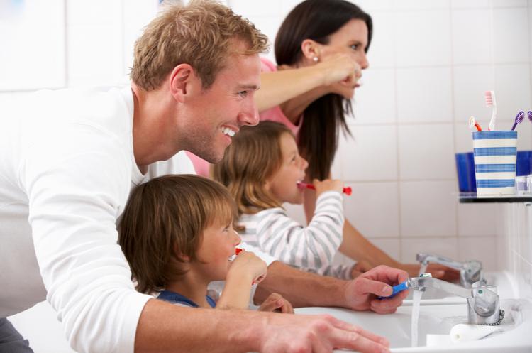 lavarsi i denti tutti insieme