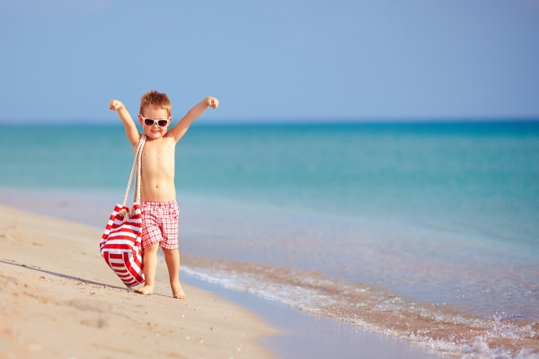 bambino in spiaggia in vacanza